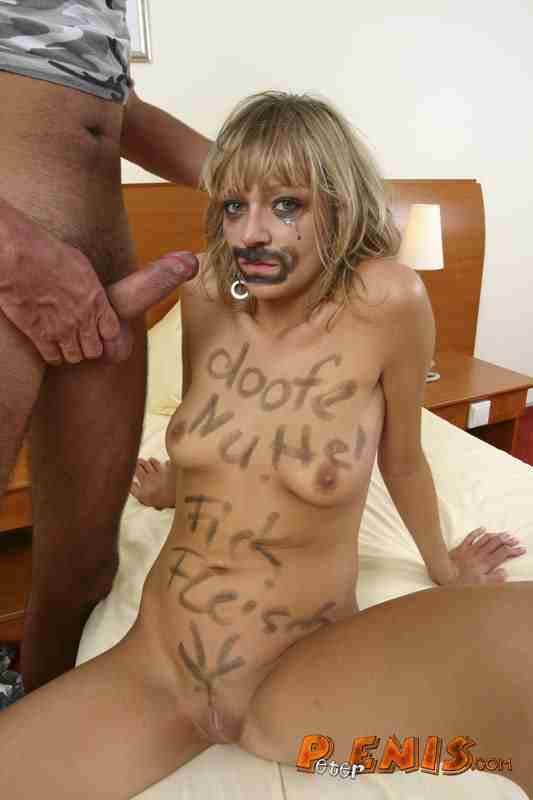 Frau rasiert sich nackt